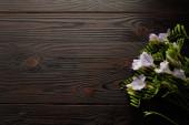 Fotografie Draufsicht auf violetten Blumenstrauß auf Holztisch