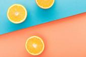 Ansicht von Orangenhälften auf blauem und orangefarbenem Hintergrund