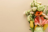 Photo top view of spring floral bouquet on beige background