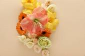 top kilátás tavaszi virágcsokor bézs háttér
