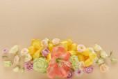 horní pohled na jarní květinové kytice na béžovém pozadí