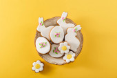 Photo Top view of bowl with delicious cookies on yellow background