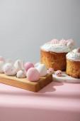 Fényképek Húsvéti tojás fa táblán dekoratív nyúl húsvéti sütemények rózsaszín és szürke