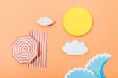 Horní pohled na papír střih letní pláž s deštníkem a dekou na oranžovém pozadí