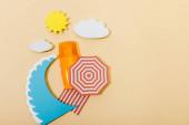 Top kilátás papír vágott nyári strand és üveg fényvédő bézs háttér