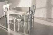 židle u stolu a cihlové zdi v moderní kuchyni