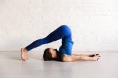 atletická dívka v pluhu póza cvičení jógy