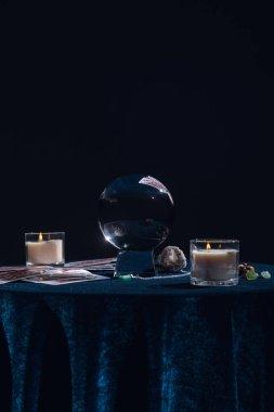 Kyiv, Ukrayna - 9 Ocak 2020: siyah üzerine izole edilmiş yuvarlak masa üzerindeki gizli nesneli kristal küre
