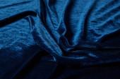 Nahaufnahme von blauem weichem und zerknittertem Velours-Textuch