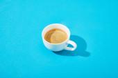 fehér csésze friss kávé kék háttér