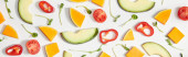 Lapos feküdt mikrozöldségek, vágott zöldségek és avokádó szeletek fehér alapon, panorámás lövés
