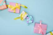 Fotografie vrchní pohled na slavnostní barevné dárkové krabice na modrém pozadí