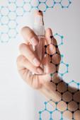 levágott kilátás az ember kezében kézfertőtlenítő spray palack szürke háttér, molekulaszerkezet illusztráció