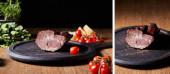 koláž chutné šunky na palubě v blízkosti petržele, cherry rajčata a bageta na dřevěném stole izolované na černé