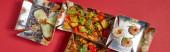 panoramatické plodiny lahodné čínské jídlo v odnáškových krabicích na červené