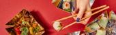 panorámás koncepció a nő gazdaság evőpálcika párolt zsemle közel ízletes kínai étel elvitelre dobozok piros