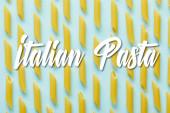 byt ležel se syrovou penne na modrém pozadí s italskými těstovinami ilustrace