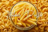 vrchní pohled na syrové penne ve sklenici a kolem s italskými těstovinami ilustrace