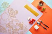 plochý ležel s lahodnými špagetami s rajčatovou omáčkou ingrediencí na červeném, modrém a fialovém pozadí se zeleninovou ilustrací