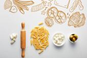 Plocha ležela s česnekem, válečkem, těstovinami a miskami s olivami a mozzarellou na bílém pozadí, potravinářská ilustrace