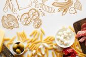 Draufsicht auf Pasta, Fleischplatte, Reibe und Zutaten auf weißem Hintergrund, Lebensmittelillustration