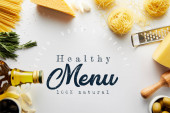 Horní pohled na váleček, struhadlo, láhev olivového oleje, těstoviny a ingredience na bílém pozadí, zdravé menu ilustrace