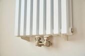moderní topný radiátor v blízkosti bílé zdi v bytě