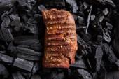 felülnézet friss grillezett ízletes steak fekete parázson