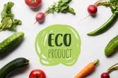 vrchní pohled na syrovou chutnou zeleninu se zelenými listy na bílém pozadí s eko produktem ilustrace