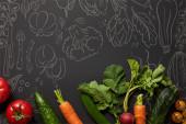 felülnézet a nyers tápláló ízletes zöldségek zöld levelek fekete háttér illusztrációval