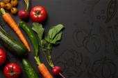 vrchní pohled na syrovou chutnou zeleninu se zelenými listy na černém pozadí s ilustrací