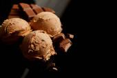 Photo fresh delicious chocolate ice cream on black