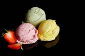 lahodné citrónové, jahodové a mátové zmrzlinové kuličky izolované na černé