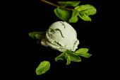 svěží lahodná zelená máta zmrzlina s listy izolované na černé