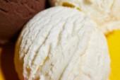 zblízka pohled na chutnou bílou zmrzlinu