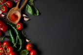 cseresznye paradicsom, fokhagyma szegfűszeg, friss rozmaring, paprika, bazsalikom levelek és zöld chili paprika fekete