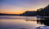 Fotografie schöner Sonnenuntergang am See.