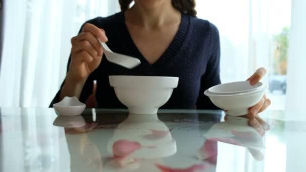 kavkazské dívka jíst polévku miso v kavárně