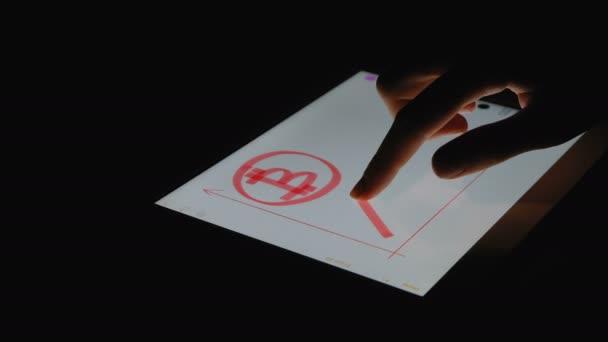 Dívka malba prstem na obrazovku tabletu tempo růstu bitcoin