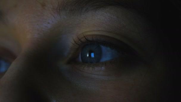 Handy-Bildschirm spiegelt sich in der Pupille Mädchen, Makro-Nahaufnahme, 4k.