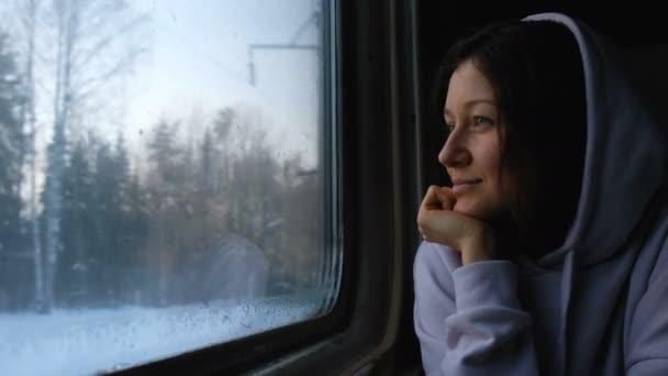 Krásná kavkazské dívka se dívá na přírodní oknem vlaku, 4k
