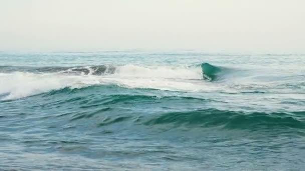 Modré moře vlny třpyt v pomalém pohybu