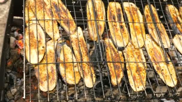 Szeletelt padlizsán grillezett egy faszén grill