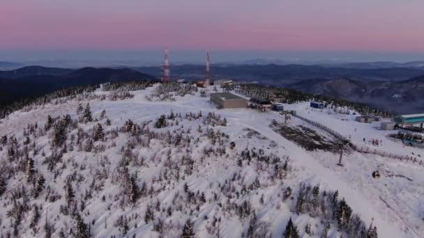 velké moderní lyžařské středisko se nachází na bílé kopci antény