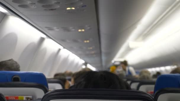 letušky informují cestující o bezpečnostních pravidlech pro letadla
