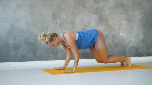 dívka dělá na mat jóga, Surya Namaskar, cvičení fitness