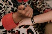 Fotografia donna che fa un tatuaggio allhennè