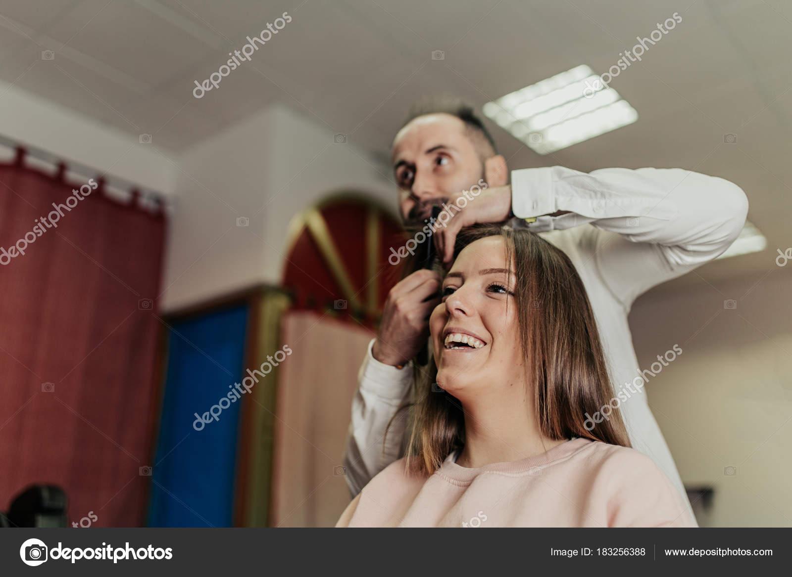 Junge Frau Bekommt Neue Frisur Beim Friseur Beauty Salon Stockfoto