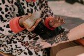 nő, ami a henna tetoválás