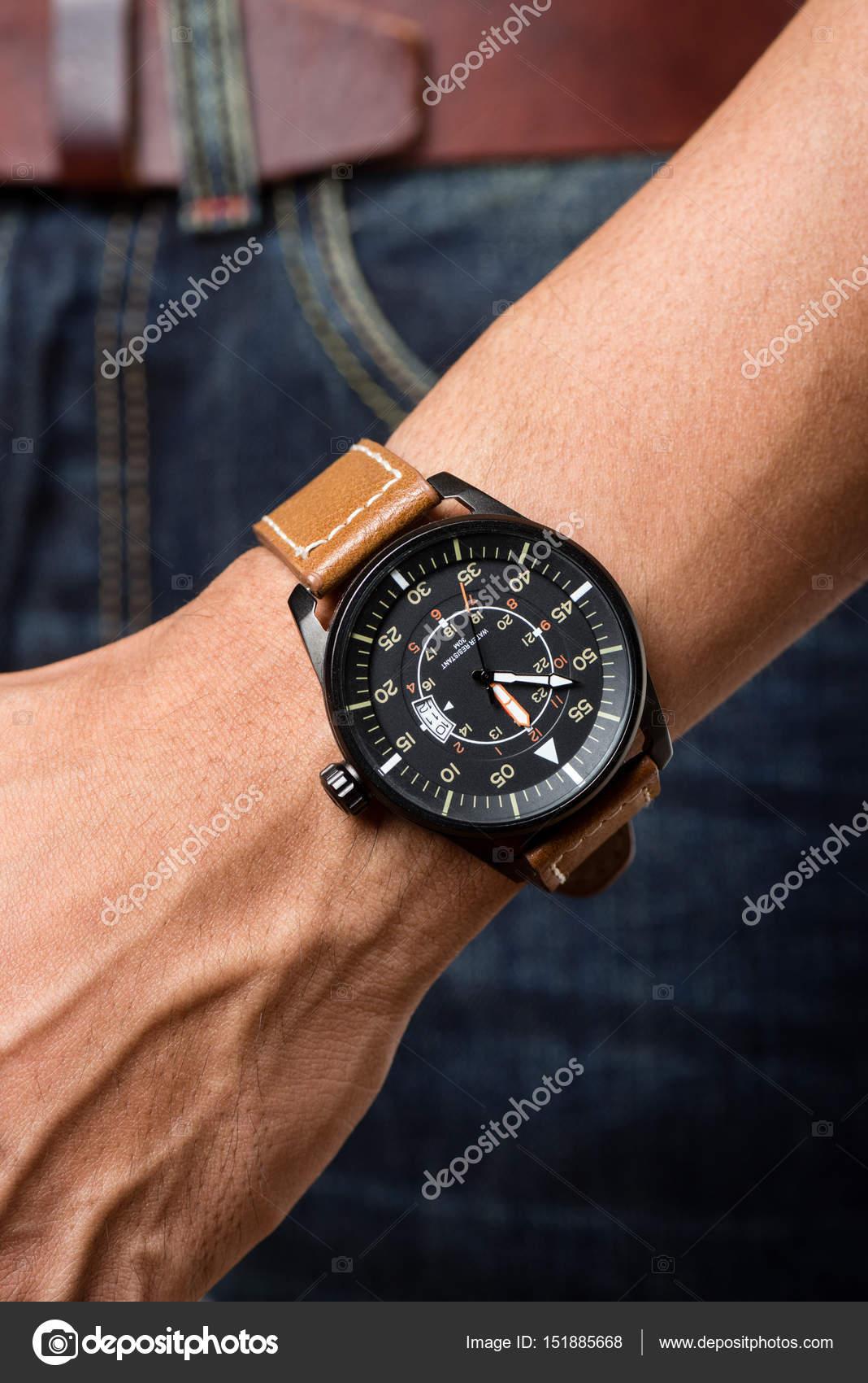 7386fbb85502 reloj de pulsera en la muñeca del hombre — Foto de stock ...